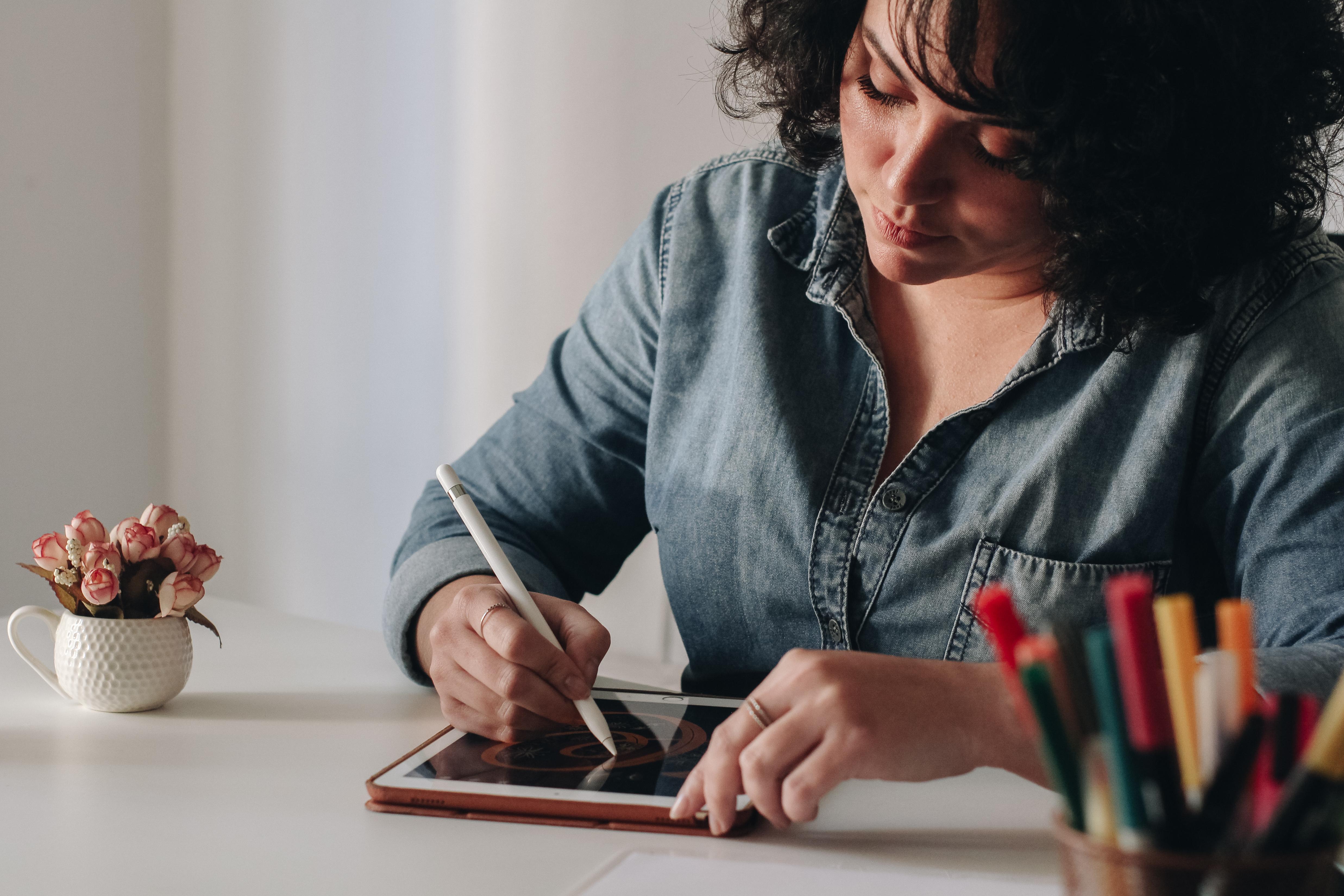 Lu Oliveira fazendo lettering no iPad